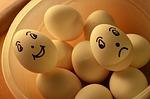 Gesichter auf Eier gemalt